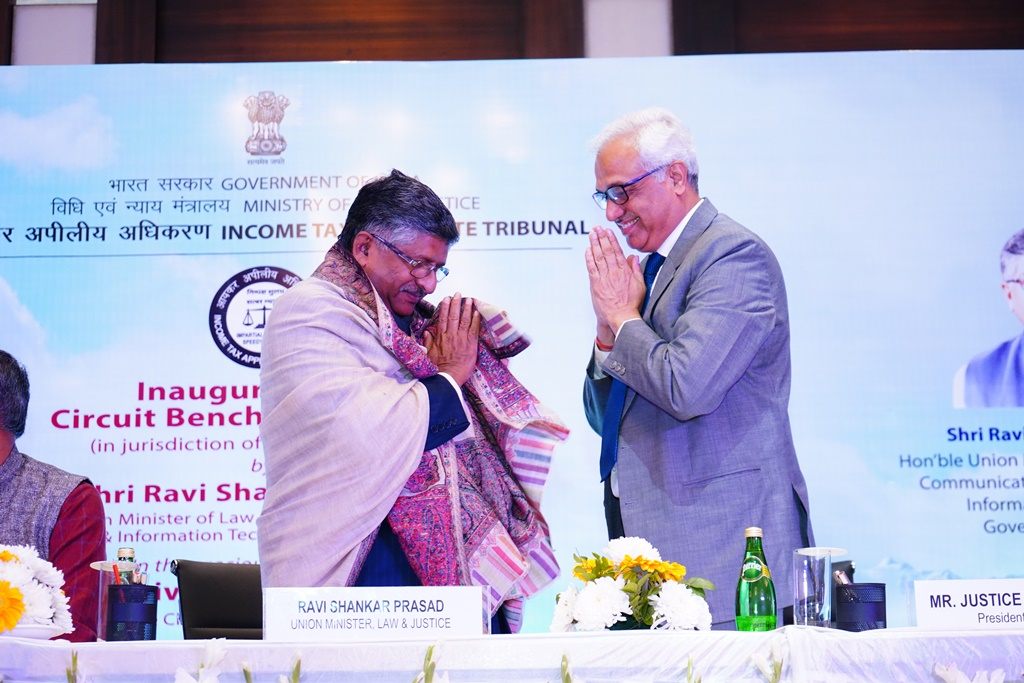 Hon'ble President Justice PP Bhatt felicitating the Chief Guest Shri Ravi Shankar Prasad, Hon'ble Minister for Law & Justice, Communications and Electronics & Information Technology