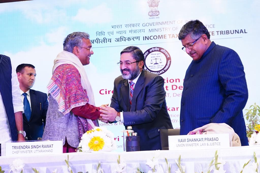 Shri GS Pannu, Hon'ble Vice President (DZ) felicitating the Guest of Honour Shri Trivendra Singh Rawat, Hon'ble Chief Minister of Uttarakhand on the occasion