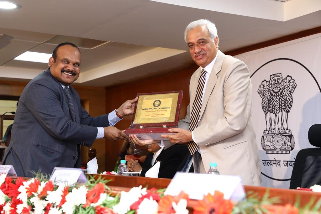 Shri J. Sudhakara Reddy, Hon'ble AM presenting memento to the Hon'ble President Justice PP Bhatt